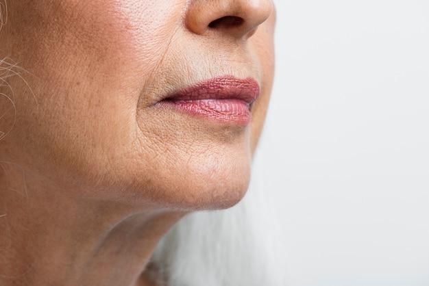 Rosto limpo de mulher sênior de close-up