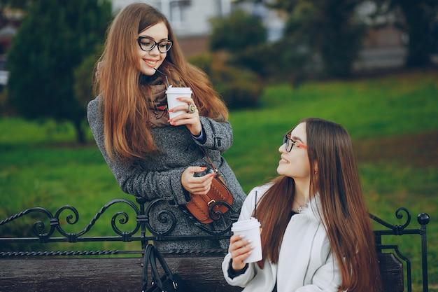 Rosto mulheres jovens calças verdes