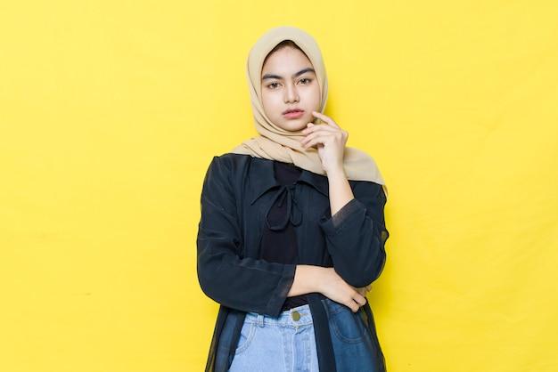 Rosto normal de mulheres asiáticas comuns em roupas pretas. conceito de pensamento encantador e positivo.