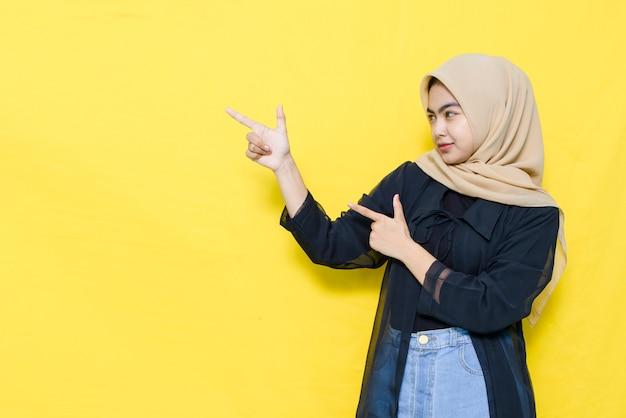 Rosto sério de uma mulher asiática em uma camisa preta com as pontas das mãos em uma sala vazia.