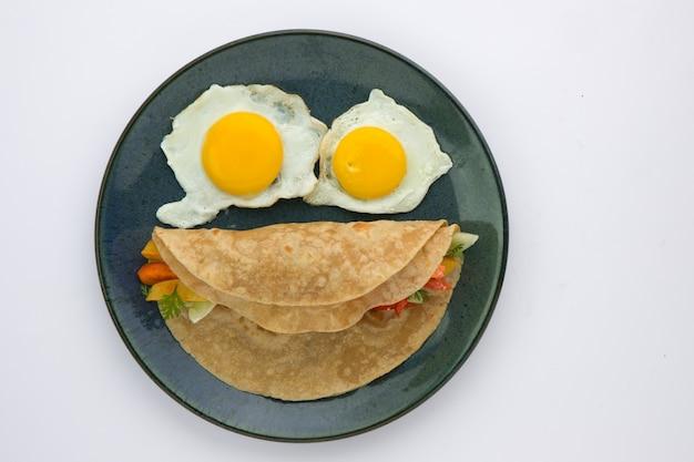 Rosto sorridente - item alimentar chapati - alimento saudável feito de farinha de trigo e recheado com vegetais