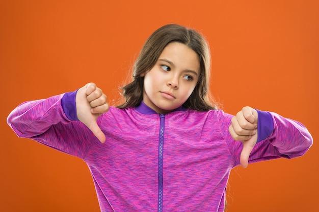 Rosto triste de menina criança não gosta de algo. criança pequena criança infeliz. conheça seus filhos por seus gostos e desgostos. razões pelas quais as crianças não gostam. maneiras de os pais mudarem os gostos e desgostos dos filhos.