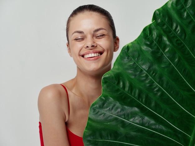 Rosto verde de mulher feliz em fundo claro rindo emoções