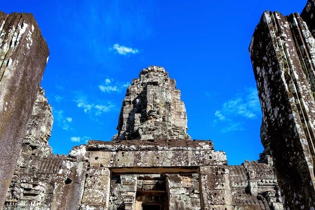 Rostos de pedra antigos do templo de bayon, angkor wat, siam reap, camboja.