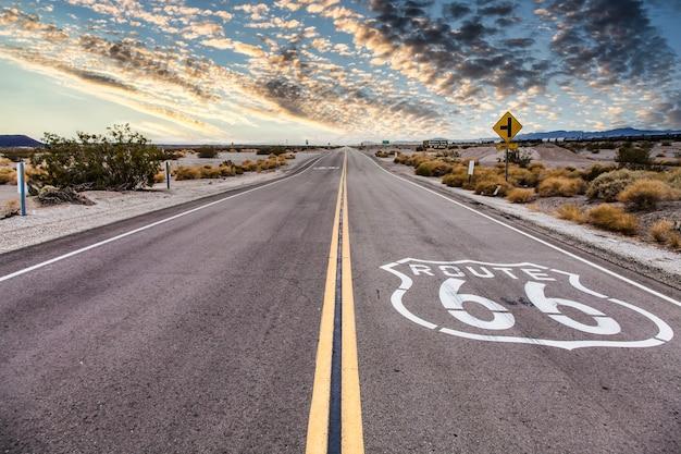 Rota 66 no deserto com céu panorâmico. imagem vintage clássica sem ninguém no quadro.