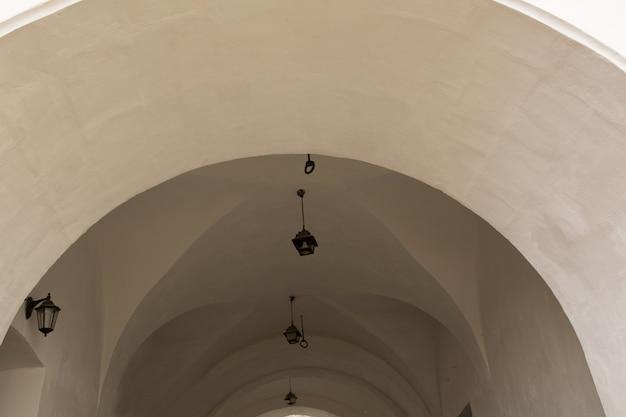 Rota arqueada para o castelo com lanternas. mukachevo, ucrânia