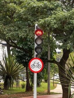 Rota de bicicleta com sinais de semáforo