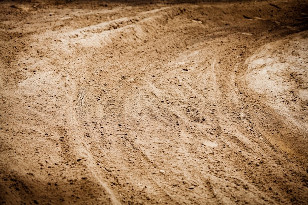 Rotas de roda impressas na rota de terra do solo