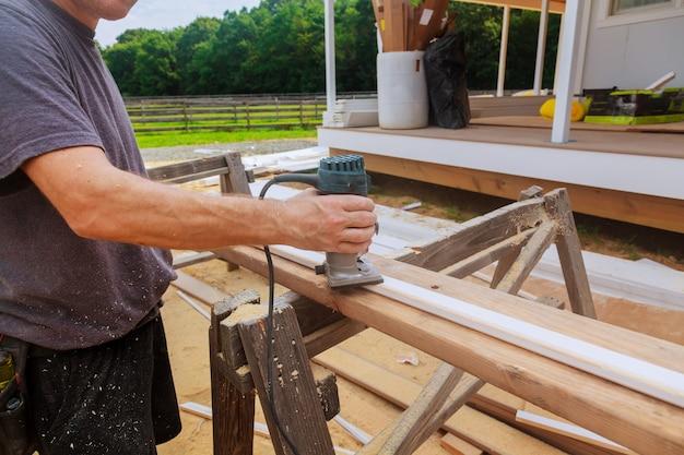 Roteador de base fixa de mão elétrico com luvas de trabalho em madeira