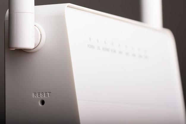 Roteador de internet sem fio branco com antena