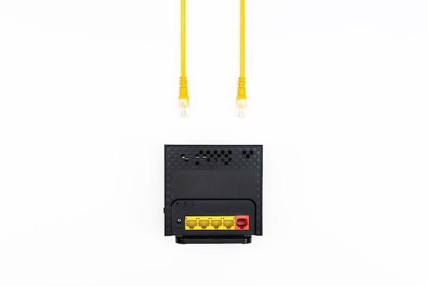 Roteador sem fio wifi moderno com fio isolado no fundo branco conexão de alta velocidade à internet