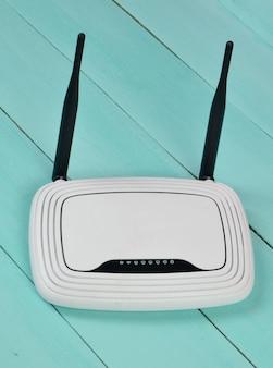 Roteador wi-fi com antenas em uma mesa de madeira azul