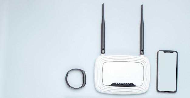 Roteador wi-fi com antenas, smartphone, smart watch isolado