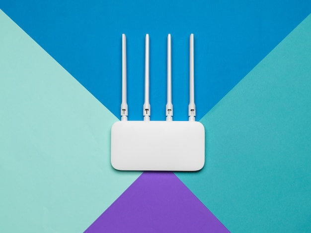 Roteador wi-fi com quatro antenas em um fundo de quatro cores. organização de redes sem fio.