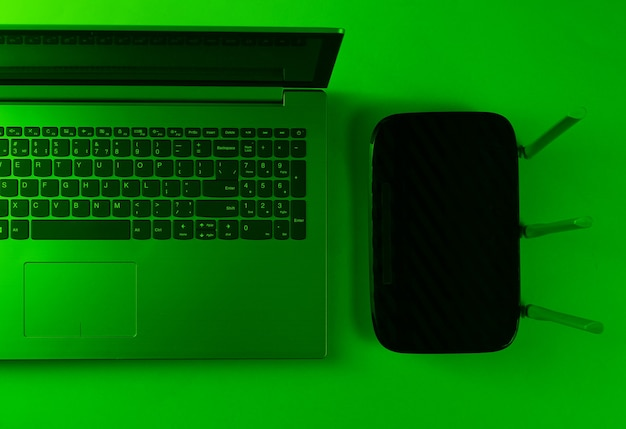 Roteador wi fi, laptop. gadgets modernos
