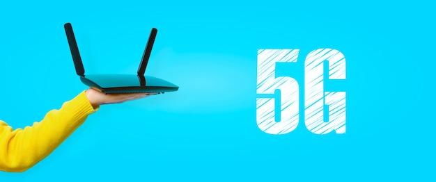 Roteador wi-fi preto disponível sobre parede amarela, conceito 5g
