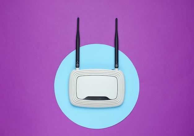 Roteador wi-fi roxo com círculo azul no meio