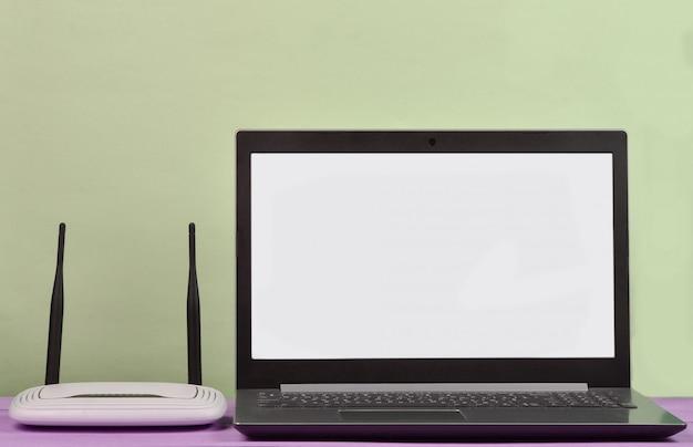 Roteador wi-fi, tela branca do laptop