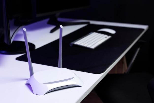 Roteador wifi em uma conexão inteligente de mesa