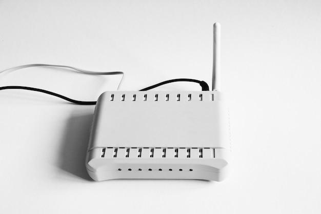 Roteador wifi para internet close-up isolado no branco