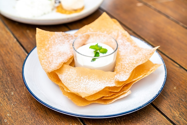 Roti crocante com leite e molho de chocolate branco