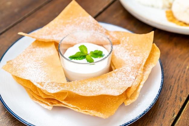 Roti crocante com molho de chocolate branco e leite