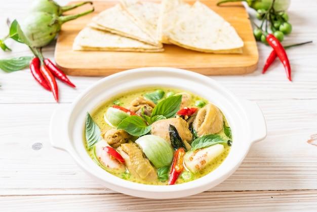 Roti e curry verde com frango