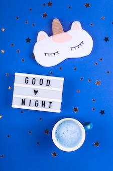 Rotina da noite para um sono saudável em uma mesa azul.