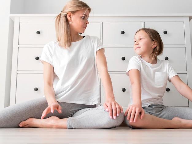 Rotina de alongamento de mãe e filha