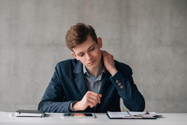 Rotina de escritório. retrato de homem de negócios jovem, tomando decisões difíceis no trabalho. expressão facial confusa.