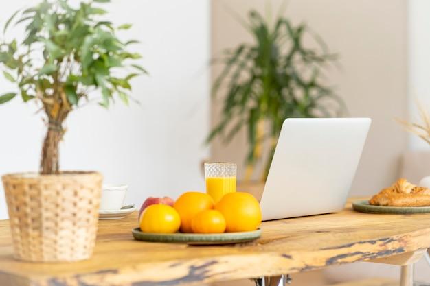 Rotina matinal com café da manhã, área de trabalho e laptop freelance.