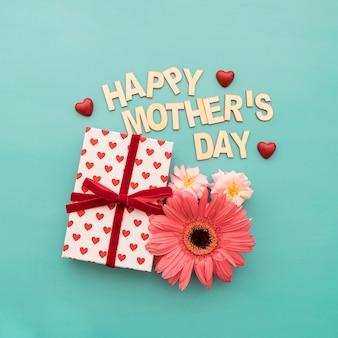 Rotulação do dia de mãe feliz, caixa de presente, corações e flores