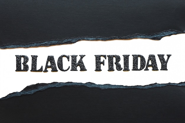 Rotulação sexta-feira negra em letras brilhantes pretas, isoladas no fundo branco e papel preto rasgado.