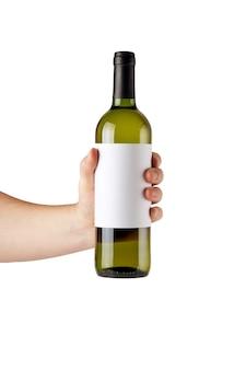 Rótulo branco em branco simulado na garrafa de vinho branco na mão