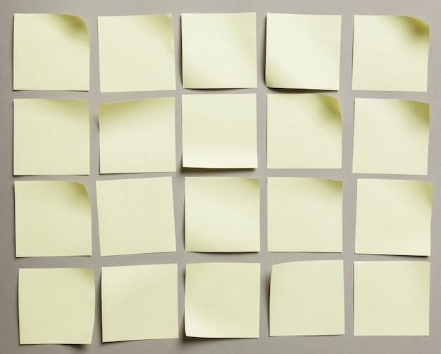 Rótulo de adesivos close-up no fundo de papel cinza
