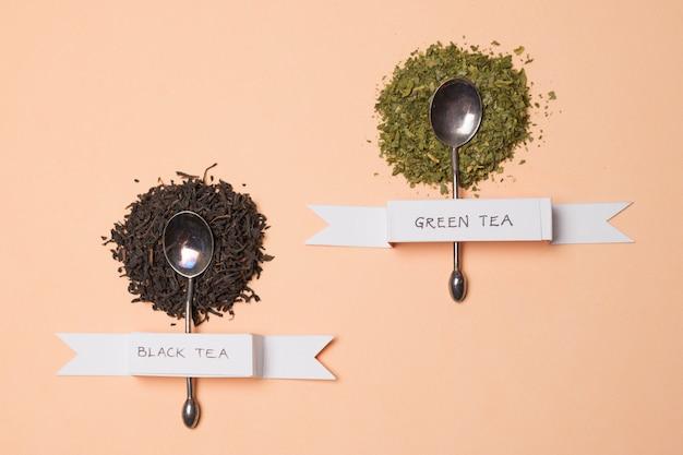 Rótulo de chá de ervas preto e verde em ervas sobre o pano de fundo de pêssego