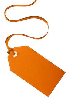 Rótulo de manila liso amarrado com fita cacheada isolada no branco