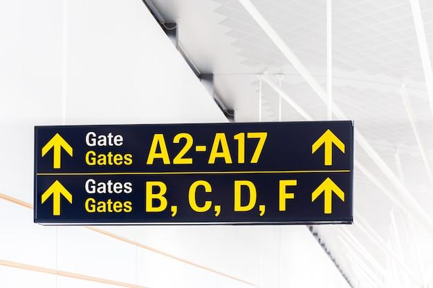 Rótulo de portão com seta no terminal do aeroporto