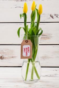 Rótulo do dia das mães e tulipas de flores em um vaso e etiqueta cumprimente sua mamãe com design de flor de flores co ...