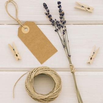Rótulo, flores, pinças e corda