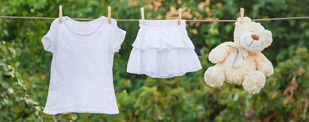 Roupa branca seca em uma corda no verão