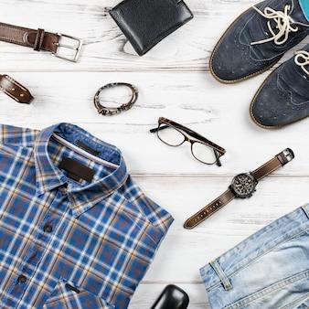 Roupa casual masculina. roupas e acessórios de moda masculina em fundo branco de madeira