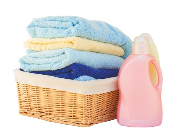 Roupa com detergente na cesta isolada