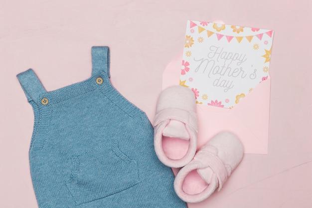 Roupa de bebê com cartão para dia das mães