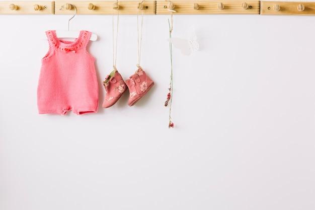 Roupa de bebê em cavilhas