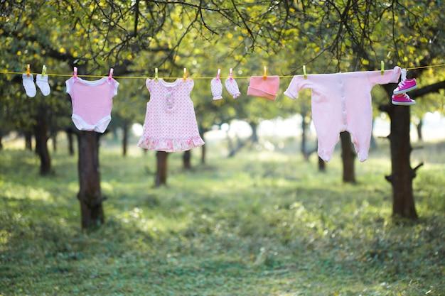 Roupa de bebê rosa ao ar livre no jardim