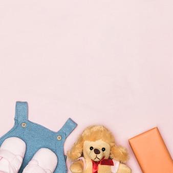 Roupa de brinquedo e bebê para dia das mães com espaço de cópia