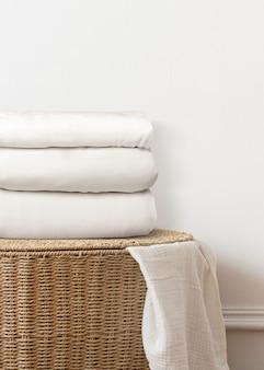 Roupa de cama, cesta de roupa suja decoração da casa