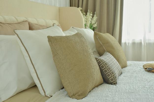 Roupa de cama estilo clássico moderno com almofadas marrons, bege e castanho claro