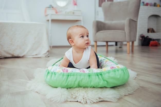 Roupa de cama para crianças. o bebê dorme na cama. um bebezinho saudável